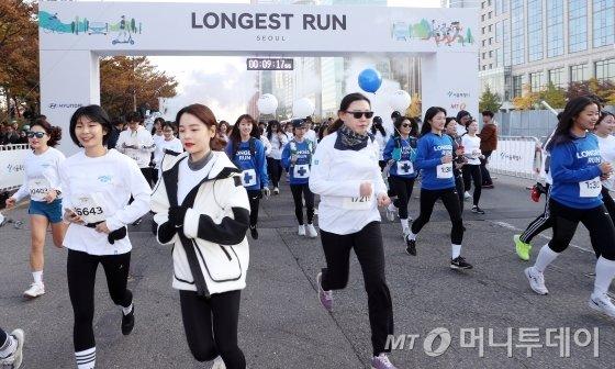 9일 오전 서울 영등포구 여의도 도심 일대에서 머니투데이,현대자동차 주최로 열린 '2019 아이오닉 롱기스트런' 마라톤 대회에서 참가자들이 코스를 달리고 있다. / 사진=김휘선 기자 hwijpg@