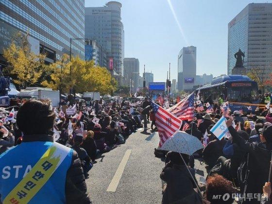 문재인하야범국민투쟁본부가 9일 서울 광화문광장에서 '대한민국바로세우기 국민대회'를 개최했다. /사진=정경훈 기자