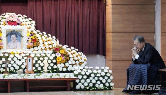 【부산=뉴시스】문재인 대통령이 30일 오전 부산 수영구 남천성당에 마련된 모친 故 강한옥 여사의 빈소에서 두 손을 모은 채 생각에 잠겨 있다.(사진=청와대 제공) 2019.10.30.   photo@newsis.com