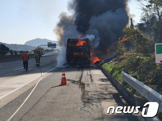 9일 오전 10시15분쯤 경부고속도로 하행선 부산방향으로 주행하던 고속버스가 양산휴게소 맞은 편 지점에서 불이나 1시간여 만에 진화됐다. /사진=뉴스1.