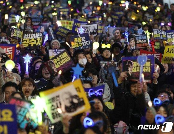 9일 오후 서울 서초구 서초동 교대역 삼거리에서 열린 검찰개혁 집회에서 참가자들이 공수처를 설치하라는 구호를 외치고 있다. /사진=뉴스1<br />