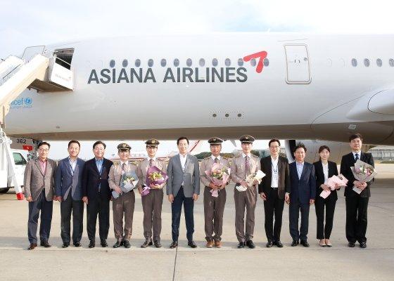 한창수 아시아나항공 사장(왼쪽 6번째)과 임직원들이 지난달 16일 인천국제공항에서 진행된 A350 10호기 도입행사에서 기념사진을 찍고 있다./사진제공=아시아나항공