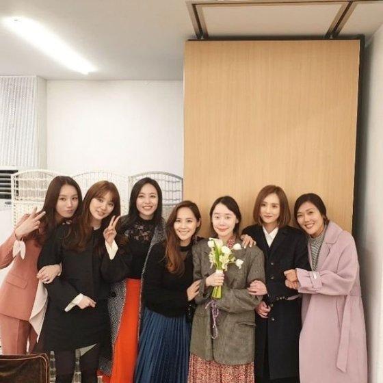소이가 지난 9일 인스타그램에 연예계 사모임 '야채파' 멤버들과 베이비복스가 참석한 간미연과 황바울의 결혼식 사진을 공개했다./사진=소이 인스타그램 캡처