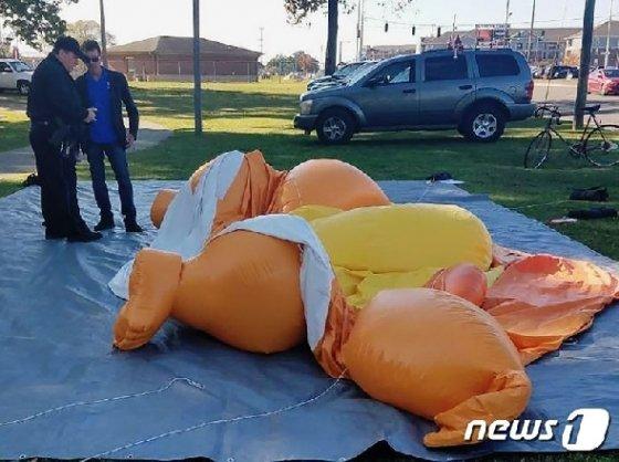 한 30대 남성의 공격을 받고 찢어진 베이비 트럼프 풍선. © 뉴스1