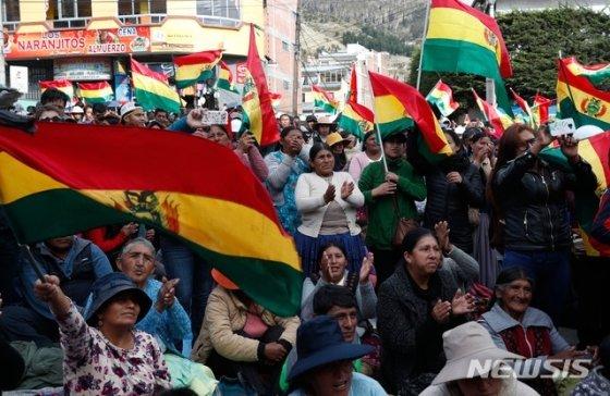 에보 모랄레스 볼리비아 대통령의 4선 성공 주장에 항의하는 볼리비아의 반정부 시위대가 7일(현지시간) 볼리비아 라파스에서 반정부 시위를 벌이고 있다. 이날 볼리비아 중부 코차밤바주에 있는 빈토라는 작은 도시의 파트리시아 마르세라는 집권당 소속 여시장은 반정부 시위대에 붙잡혀 몇시간 동안 맨발로 시내를 끌려다니며 온몸에 붉은 페인트를 뒤집어쓰고 강제로 머리를 삭발당하는가 하면 무릎을 꿇리운 채 시장 사퇴서에 강제로 서명해야 했다. 2019.11.8/사진=뉴시스