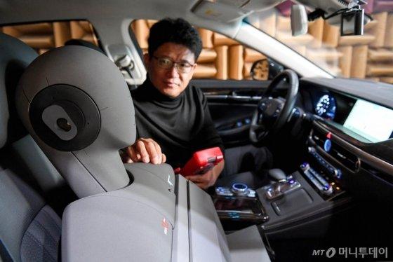 NVH리서치랩 이강덕 연구위원이 제네시스G90차량으로 RANC기술을 테스트하는 모습  /사진제공=현대차그룹