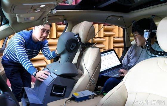 연구원들이 제네시스 G80차량으로 RANC기술을 테스트하는 모습 /사진제공=현대자동차그룹