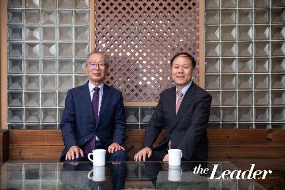 ▲정찬용 전 청와대 인사수석(오른)과 김택환 경기대 교수(왼)/사진=더리더