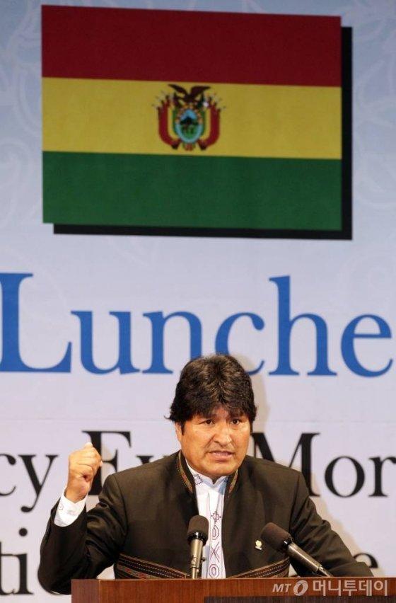 방한중인 에보 모랄레스 아이마 볼리비아 대통령이 26일 오후 서울 신라호텔에서 열린 경제4단체장 오찬에 참석, 손경식 대한상공회의소 회장과 악수를 나누고 있다. / 사진=이동훈 기자 photoguy@
