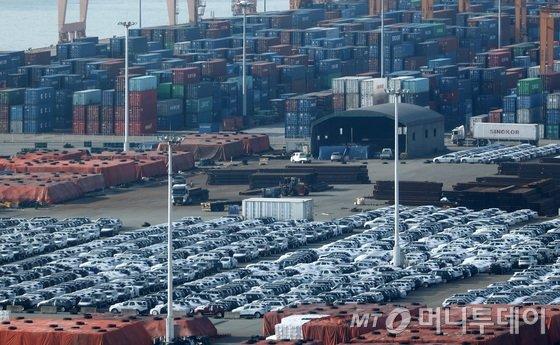 지난 25일 경기도 평택항 수출선적부두에서 수출을 위해 대기중인 차량들.2018.10.26/사진=뉴스1