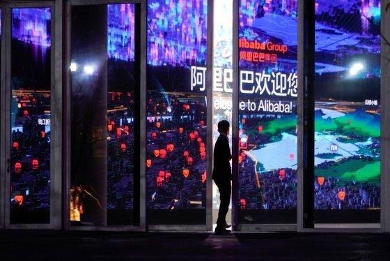 10일 중국 항저우 알리바바 본사가 11월 11일 '광군제'를 맞아 로고와 건물을 화려하게 장식했다/사진=로이터