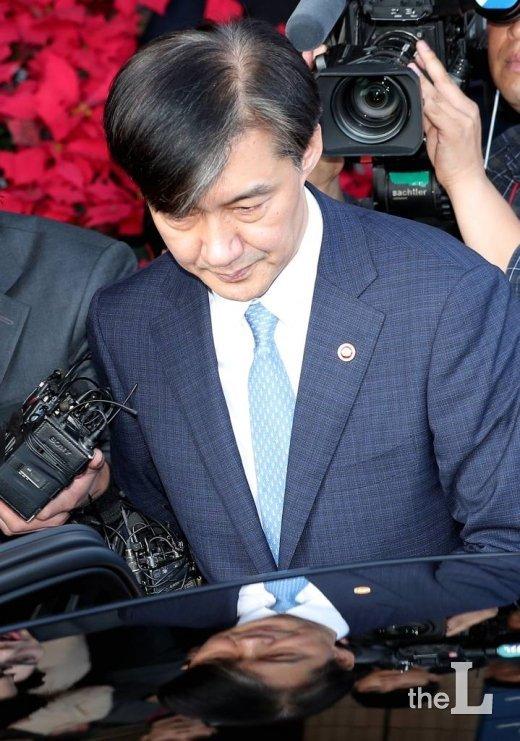 사의를 표명한 조국 법무부 장관이 14일 오후 경기 과천 법무부 청사에서 입장을 밝힌 뒤 차량에 탑승하고 있다. / 사진=김창현 기자 chmt@