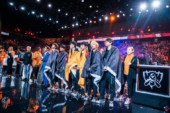2019 롤드컵 우승을 차지한 펀플러스 피닉스 선수들. /사진=라이엇 게임즈 제공<br> <br>