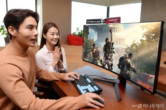 모델들이 대화면·고성능 겸비한 'LG 울트라기어' 게이밍 모니터 신제품(모델명: 38GL950G)으로 게임을 즐기고 있다/사진제공=LG전자