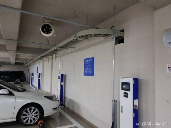 신축 아파트에 설치된 고정형 전기차 충전기. /사진=황시영 기자