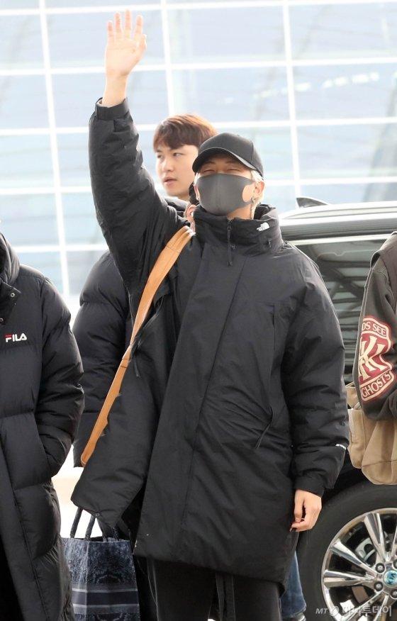 [사진]손들어 인사하는 RM