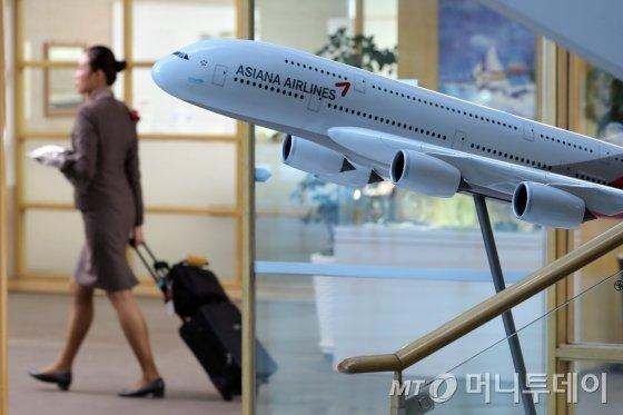 서울 강서구 오쇠동 아시아나항공 본사 로비에서 직원들이 업무를 보고 있다. / 사진=이기범 기자 leekb@