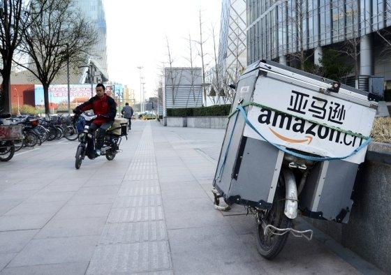 중국 베이징 거리에 아마존 물품 배송 오토바이가 서있다/사진=AFP