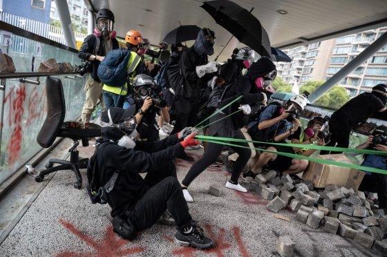 12일(현지시간) 인간새총으로 경찰을 공격하는 시위대. /사진=AFP