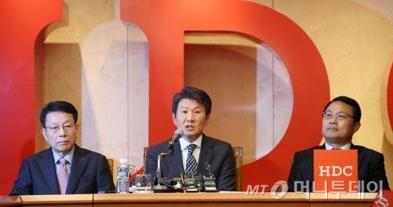 정몽규 HDC현대산업개발 회장(가운데)이 12일 오후 서울 용산구에 위치한 본사 대회의실에서 아시아나항공 인수 우선협상대상자 선정 관련 기자회견을 하고 있다. / 사진=김휘선 기자 hwijpg@
