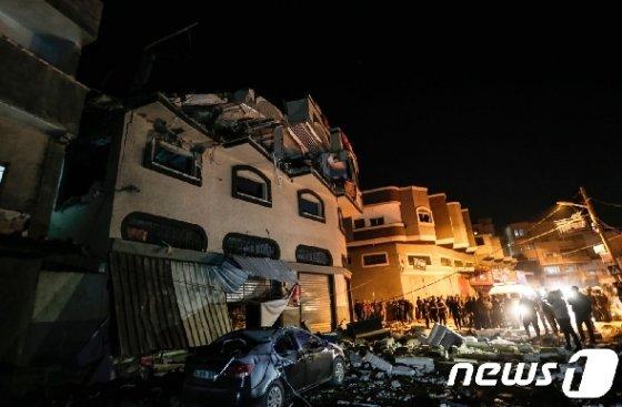 12일(현지시간) 이스라엘군의 로켓포 공격으로 팔레스타인 가자지구에 있는 시아파 무장정파 '이슬라믹 지하드'의 고위 간부의 자택이 파괴됐다. © AFP=뉴스1