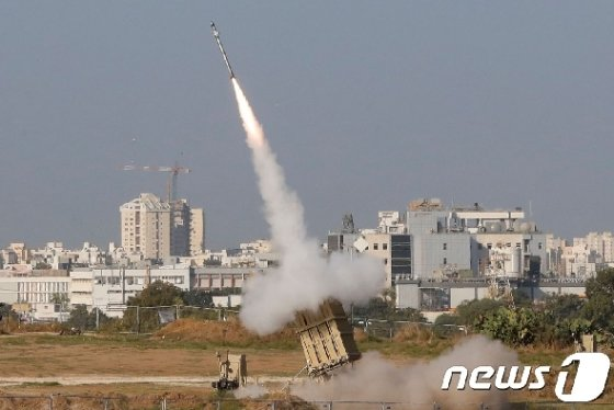 이스라엘 남부 아스돗에서 12일(현지시간) '아이언돔' 방공 미사일이 발사되고 있다. © AFP=뉴스1
