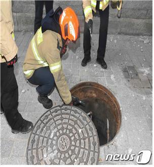 고려대 캠퍼스서 맨홀 뚜껑 튀어올라…다친 사람은 없어