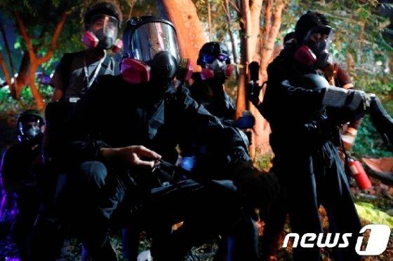 홍콩 중문대에서 학생들과 경찰이 대치하고 있다. <자료사진> © 로이터=뉴스1