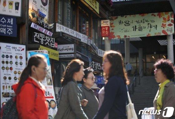 서울 종로구 인사동 거리를 시민들이 걷고 있다. /사진=뉴스1