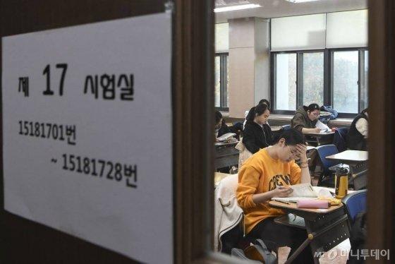 2020학년도 대학수학능력시험이 치러진 14일 오전 서울 중구 이화여자외국어고등학교에서 시험을 보는 수험생들이 시험 볼 준비를 하고 있다./사진=김휘선 기자