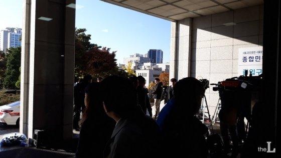 14일 조국 전 법무부 장관의 검찰 소환조사를 앞두고 서울중앙지검 현관 앞이 취재진으로 북새통을 이루고 있다. /사진=오문영 기자