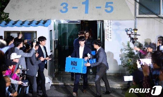 검찰 관계자들이 23일 서울 서초구 방배동 조국 전 법무부 장관의 자택에서 압수물품 상자를 들고 차량으로 향하고 있다. 2019.9.23/뉴스1 © News1 이승배 기자