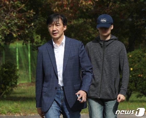 조국 전 법무부 장관과 아들이 24일 오전 경기 의왕시 서울구치소를 나서고 있다. 2019.10.24/뉴스1 © News1 신웅수 기자