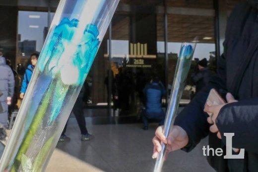 조국 전 장관 검찰 출석 예정일인 14일 오전 서초동 서울중앙지검 입구에서 지지자들이 파란 장미꽃을 들고 있다. / 사진=이기범 기자 leekb@
