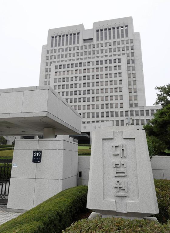 [친절한판례씨]'여성직원 조기 퇴직' 국정원 규칙, 문제없다?…대법원, 원심 깨고 파기환송