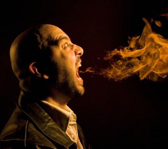 입 냄새는 상대방에게 거부감을 줄 뿐만 아니라 입속 건강도 안 좋게 만든다. /사진 = 맨스헬스(MEN'S HEALTH)