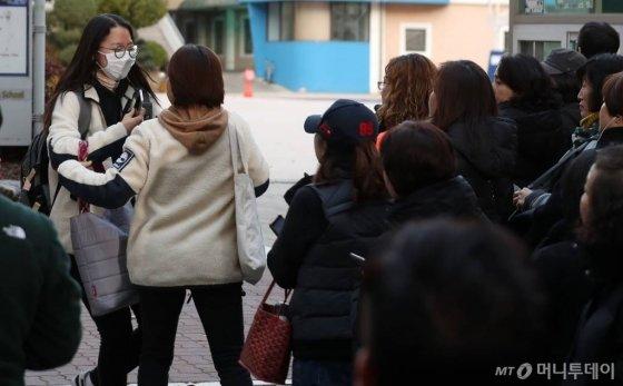2020 수능시험을 마친 한 수험생이 지난 14일 오후 서울 영등포구 여의도여고 고사장을 나서며 가족과 포옹하고 있다./사진=김휘선 기자