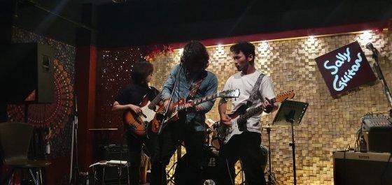 가운데 머리 긴 기타리스트가 강승룡 실장이다./사진=본인제공