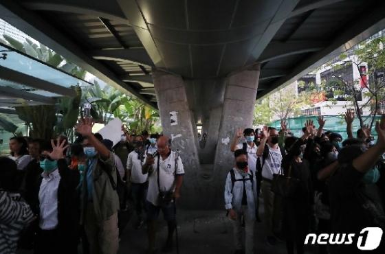 [사진] 중앙청사 향하는 홍콩 시민들