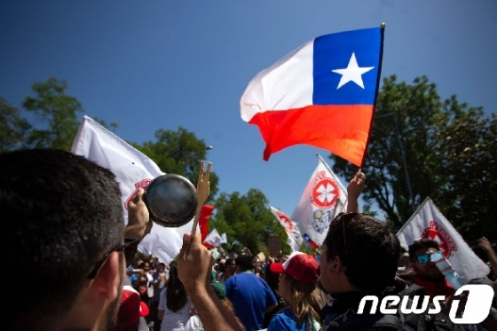 칠레, 시위대 요구 '피노체트 군부독재' 헌법 개정 약속