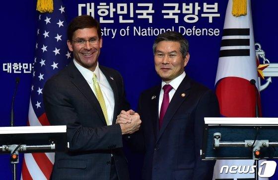 (서울=뉴스1) 사진공동취재단 = 정경두 국방부 장관과 마크 에스퍼 미 국방부 장관이 15일 서울 용산구 국방부에서 제51차 한·미 안보협의회(SCM) 고위회담을 마친 뒤 공동 기자회견 후 손을 잡고 있다.  한국과 미국 군 당국은 이날 북한의 핵·미사일 위협에 대비하기 위한 &#39;한?미?일 안보협력&#39;을 지속해 나가기로 했다고 밝혔다. 2019.11.15/뉴스1  <저작권자 &#169; 뉴스1코리아, 무단전재 및 재배포 금지>