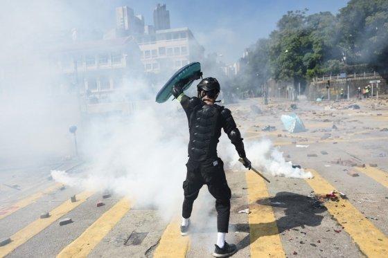 17일(현지시간) 홍콩 이공대에서 경찰과 대치 중인 한 시위대. /사진=AFP