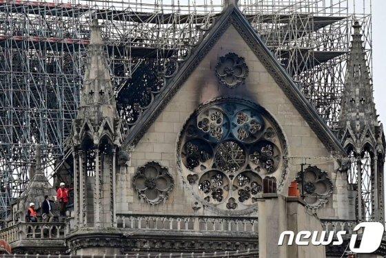 16일(현지시간) 파리 노트르담 대성당의 화재가 완전히 진압된 뒤 첨탑이 사라진 성당의 모습이 보인다. / 사진 = 뉴스 1