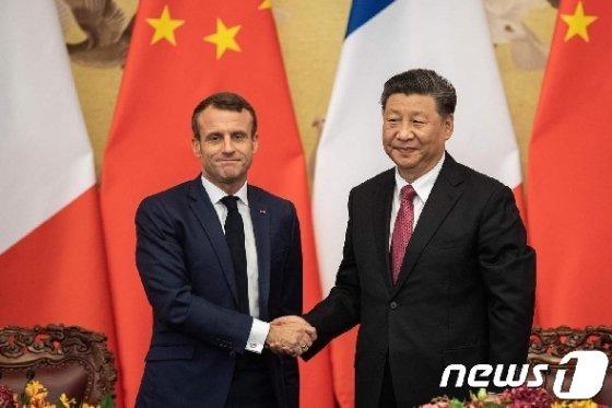 시진핑(習近平) 중국 국가주석(사진 오른쪽)과 에마뉘엘 마크롱 프랑스 대통령. / 사진 = 뉴스 1