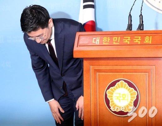 자유한국당 김세연 의원이 17일 오전 서울 여의도 국회 정론관에서 열린 기자회견에서 제21대 총선 불출마를 선언한 뒤 인사하고 있다. / 사진=홍봉진 기자 honggga@