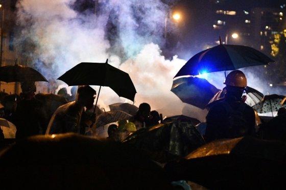 17일(현지시간) 홍콩 이공대 캠퍼스에서 경찰과 대치 중인 시위대. /사진=AFP