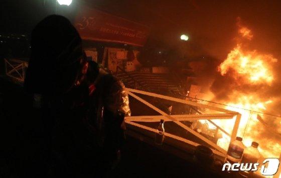 18일 오전 홍콩 이공대학교에서 경찰이 진압하는 과정에서 화재가 발생해 학생들이 상황을 지켜보고 있다. 2019.11.18/뉴스1 © News1 이재명 기자