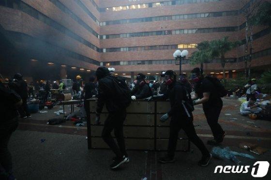 18일 오전 홍콩 이공대학교에서 학생들이 경찰 진입에 대비하고 있다. 2019.11.18/뉴스1 © News1 이재명 기자