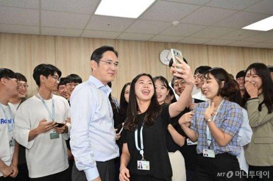 이재용 삼성전자 부회장이 지난 8월20일 삼성전자 광주사업장에 위치한 '삼성 청년 SW 아카데미'(SSAFY·Samsung SW Academy For Youth) 교육센터를 찾아 운영현황을 점검하고 150여명의 교육생을 격려했다./사진제공=삼성전자