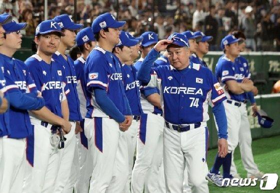 17일 일본과 결승전 패배 뒤 그라운드를 바라보는 대표팀 선수단.  /사진=뉴스1